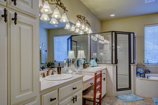 prostorná luxusní koupelna