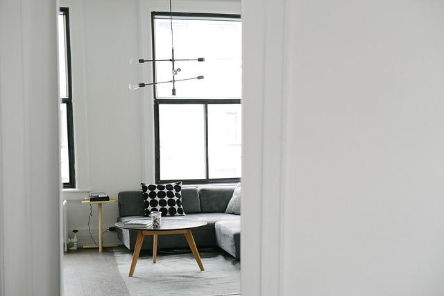 stolek u gauče
