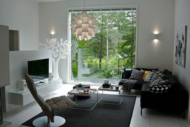 prosklená stěna v obýváku