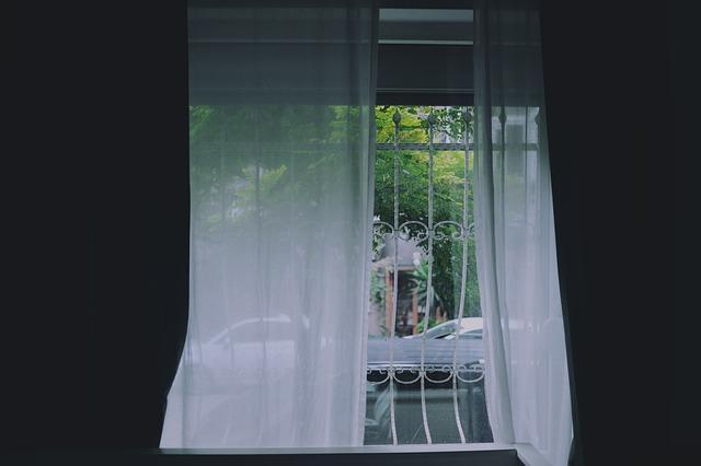 závěsy na oknech