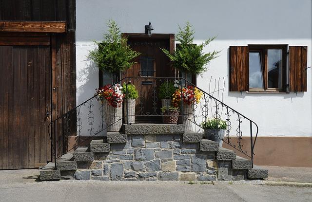 schody k domu s květinami
