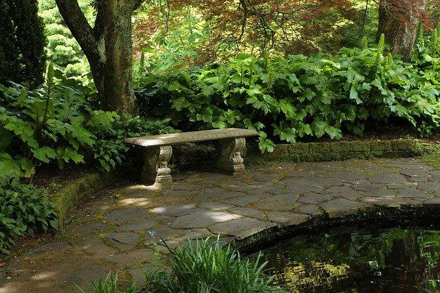 lavička v zahradě