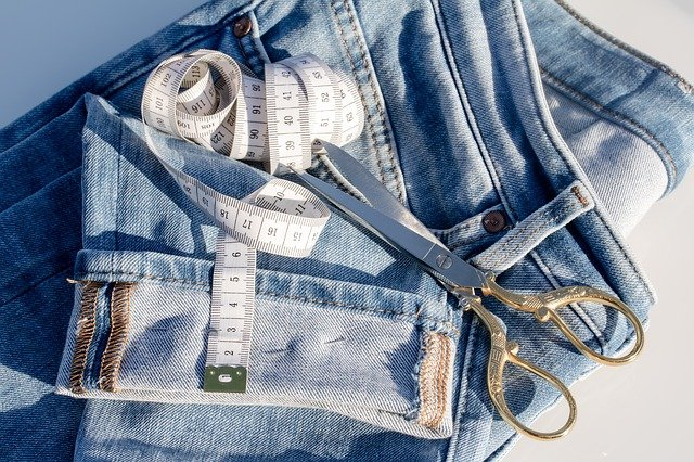 džíny a svinovací metr