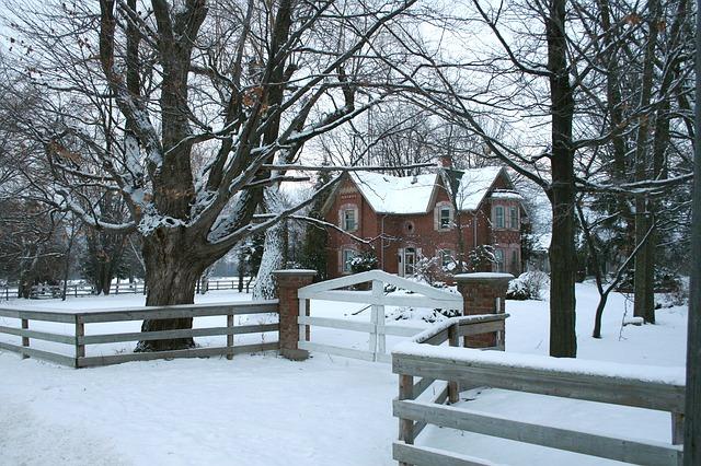sníh u domu