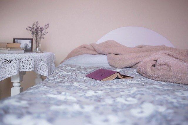 kniha na posteli