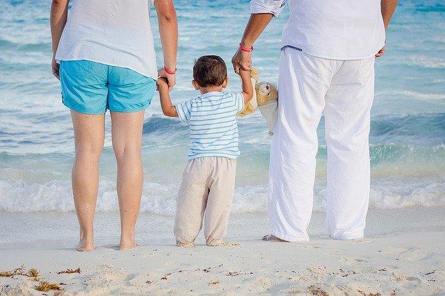 rodiče s prckem u moře