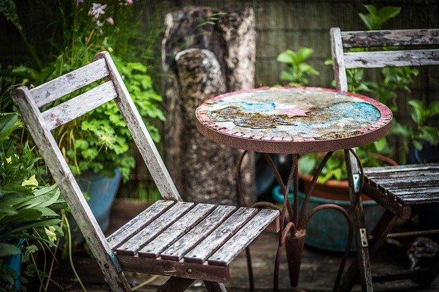 staré židle a stůl na zahradě